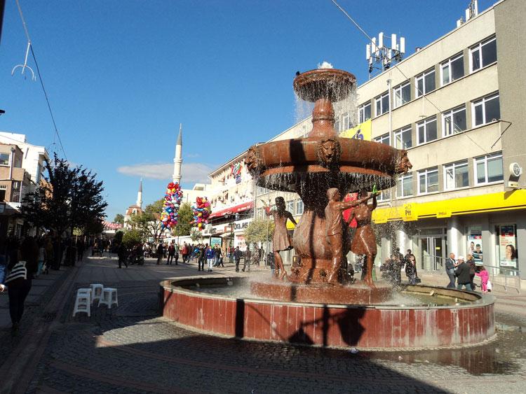 Αδριανούπολη, στον κεντρικό πεζόδρομο Σαρατσλάρ, μπροστά από το άγαλμα της Αγάπης.