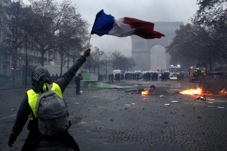 Τα «κίτρινα γιλέκα» κατεβαίνουν στους δρόμους για ένατο Σάββατο  κινητοποιήσεων στη Γαλλία - dailythess  a49fe59d1f6