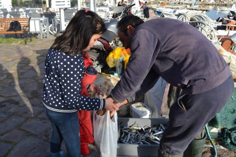 Αποτέλεσμα εικόνας για μοιράζει ψάρια στα προσφυγόπουλα